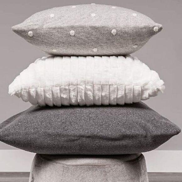 Τετράγωνο μαξιλάρι φιγούρας Picci από τη συλλεκτική σειρά Dili Best σχέδιο Astrid pois grigio στο Bebe Maison